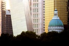 Palacio de justicia y arco de St. Louis Fotografía de archivo