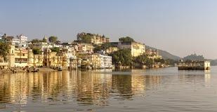Palacio de la ciudad y lago Pichola en Udaipur, Rajasthán fotografía de archivo