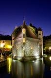 Palacio de la isla por noche en Annecy Fotos de archivo