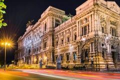 Palacio de la justicia, Roma, Italia en la noche La luz arrastra efecto largo de la exposición Fotos de archivo libres de regalías