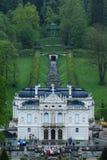 Palacio de Linderhof con el pabellón de la música fotografía de archivo