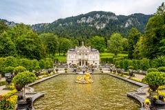 Palacio de Linderhof con la fuente Fotos de archivo