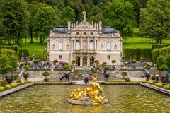 Palacio de Linderhof con la fuente Imagenes de archivo