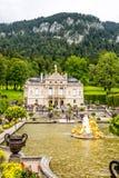 Palacio de Linderhof con la fuente Fotografía de archivo libre de regalías