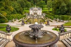Palacio de Linderhof con las fuentes Imagen de archivo libre de regalías