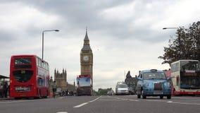 Palacio de Londres Westminster, Ben View grande, calle de la circulación densa con los autobuses rojos almacen de metraje de vídeo