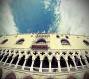 Palacio de los duxes en arquitectura del Veneciano-estilo en Venecia por el fisheye Foto de archivo libre de regalías