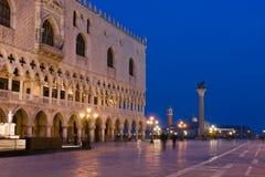 Palacio de los duxes en la oscuridad en Venecia Imágenes de archivo libres de regalías