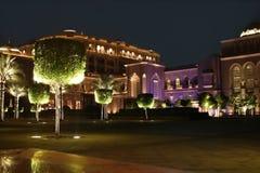 Palacio de los emiratos en la noche. Abu Dhabi Imagenes de archivo