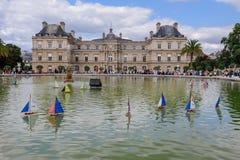 Palacio de Luxemburgo con los barcos de madera en piscina imágenes de archivo libres de regalías