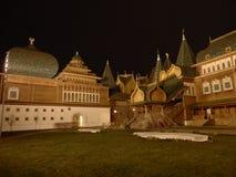 Palacio de madera de Kolomenskoye en Moscú por noche fotografía de archivo
