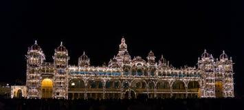 Palacio de Mysore iluminado por millares de bombillas Mysore, Karnataka, la India Fotos de archivo