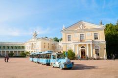 Palacio de Pavlovsk en Pavlovsk, St Petersburg, Rusia y vehículo de visita turístico de excursión con los turistas Imagen de archivo libre de regalías