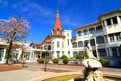 Palacio de Phayathai y flor de trompeta rosada. Foto de archivo libre de regalías