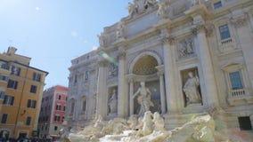 Palacio de Poli y fuente popular del Trevi en Roma, Italia en un día de verano soleado almacen de metraje de vídeo