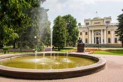 Palacio de Rumyantsev - Paskevich en el parque de la ciudad de Gomel, Bielorrusia Imagen de archivo