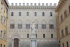 Palacio de Salimbeni y estatua de Sallustio Bandini, Siena, Toscana, Italia Imágenes de archivo libres de regalías