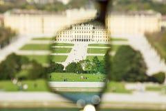 Palacio de Schönbrunn a través de los vidrios de cristal fotos de archivo libres de regalías