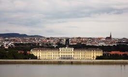 Palacio de Schonbrunn. Fondo de la ciudad Foto de archivo