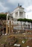 Palacio de Victor Emmanuel en el fondo de Roman Forum, Fotografía de archivo