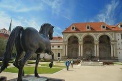 Palacio de Waldstein en jardín con la estatua del caballo, strana de Mala, Praga - senado fotografía de archivo
