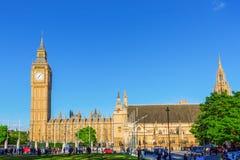 Palacio de Westminster y de Big Ben con la gente no identificada Imágenes de archivo libres de regalías