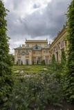 Palacio de Wilanow rodeado con verde Foto de archivo