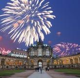 Palacio de Zwinger (Der Dresdner Zwinger) y fuegos artificiales del día de fiesta, Dresden, Alemania Fotos de archivo libres de regalías
