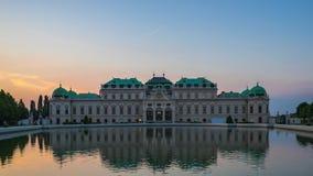 Palacio del belvedere en Viena, Austria en la puesta del sol metrajes