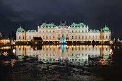 Palacio del belvedere del pueblo de la Navidad en la noche foto de archivo libre de regalías