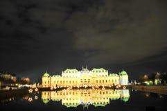Palacio del belvedere - Viena por noche fotos de archivo