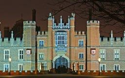 Palacio del Hampton Court en la noche Imágenes de archivo libres de regalías