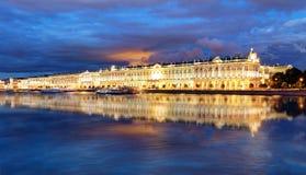 Palacio del invierno en St Petersburg en la noche, Rusia hermitage fotos de archivo