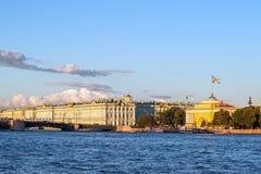 Palacio del invierno y el Ministerio de marina imagen de archivo libre de regalías