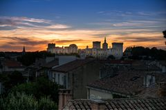 Palacio del papa en Aviñón, Francia de detrás con el cielo de la puesta del sol imagen de archivo libre de regalías