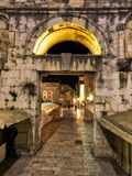 Palacio del ` s de Diocletian por noche Imágenes de archivo libres de regalías