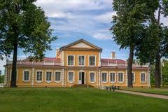 Palacio del viaje del emperador Peter el grande en Strelna, StPetersburg, Rusia fotografía de archivo