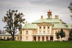 Palacio en el oranienbaum del parque Foto de archivo libre de regalías
