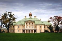 Palacio en el oranienbaum del parque Fotos de archivo libres de regalías