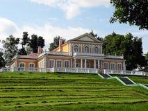 Palacio en la ciudad de Strelna en Rusia Imagen de archivo