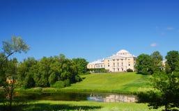 Palacio en la colina en el parque de Pavlovsk fotografía de archivo libre de regalías