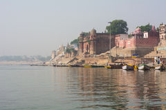Palacio en la costa sagrada del Ganges - Varanasi, la India fotos de archivo