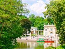 Palacio en la isla El Lazienki real, parque del azienki del  de Å, Varsovia polonia Fotografía de archivo libre de regalías