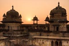 Palacio en la puesta del sol, la India de Orcha. Fotografía de archivo libre de regalías