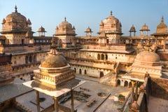 Palacio en la puesta del sol, la India de Orcha. Fotografía de archivo