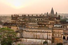 Palacio en la puesta del sol, la India de Orchha. fotografía de archivo libre de regalías