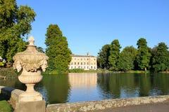 Palacio en los jardines de Kew y la piscina de la fuente Fotografía de archivo libre de regalías
