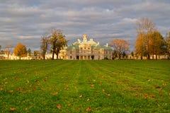 Palacio en Rusia en el día del otoño Imagen de archivo libre de regalías