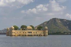 Palacio en un lago Fotos de archivo