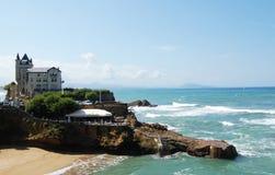 Palacio en una costa del océano foto de archivo